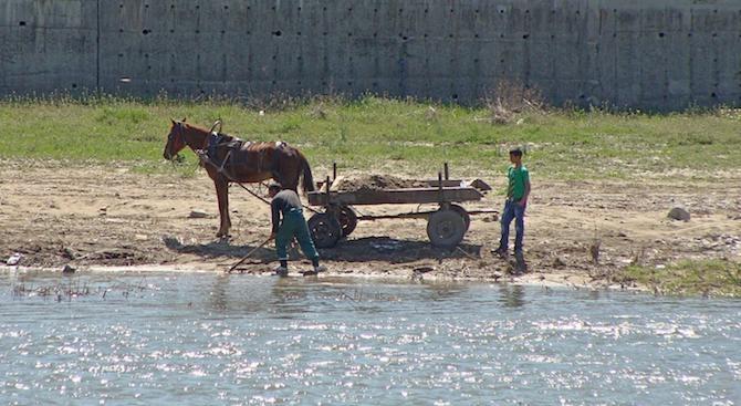 Почистват коритото на река Марица