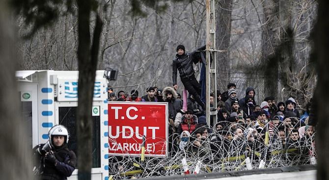 Гърция предотвратила опит на 4000 мигранти да влязат в страната