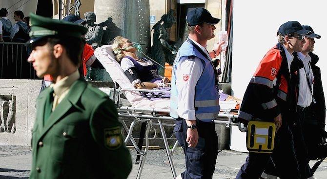 Баба с кола се вряза в спирка, има ранени
