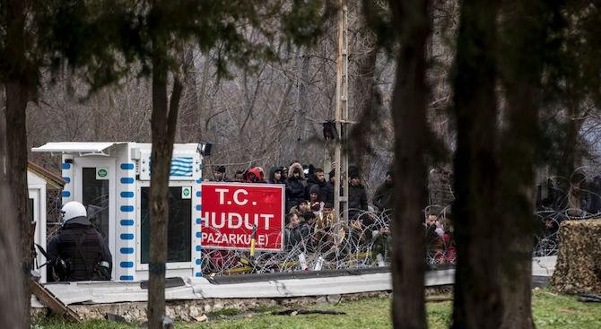 Хиляди мигранти между Турция и Гърция