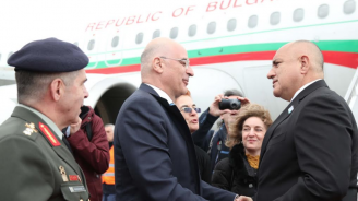 Свалиха кашляща журналистка от самолета на Борисов