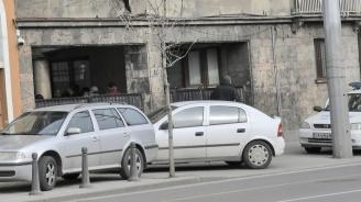 Голяма група хора влязоха в апартамента на Васил Божков
