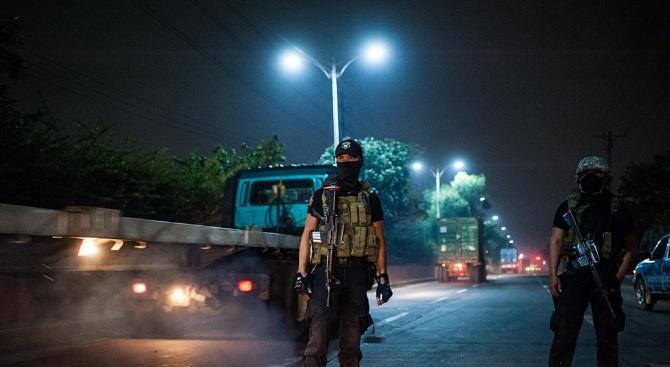 Гард взе 30-на души за заложници във филипински мол