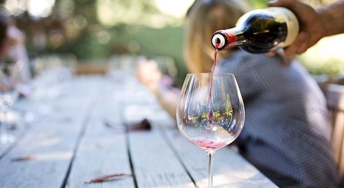 Разкриха кога хората пият виното по-бързо