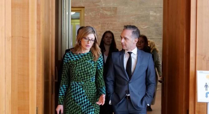 Захариева в Берлин: Не може Турция да отговаря за над 4 млн. мигранти