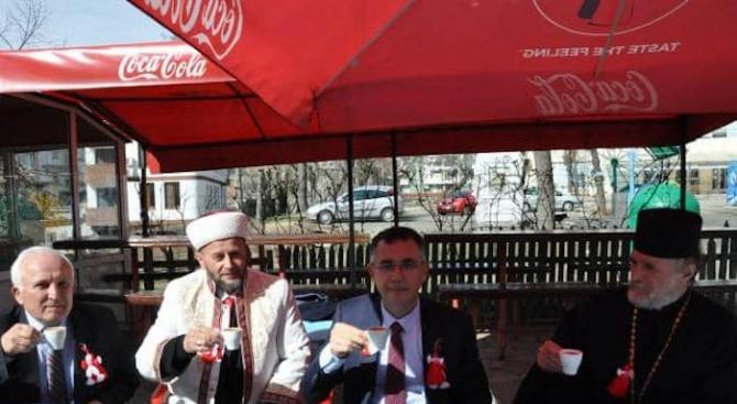 Поп и мюфтия пиха заедно кафе на Трети март в Кърджали