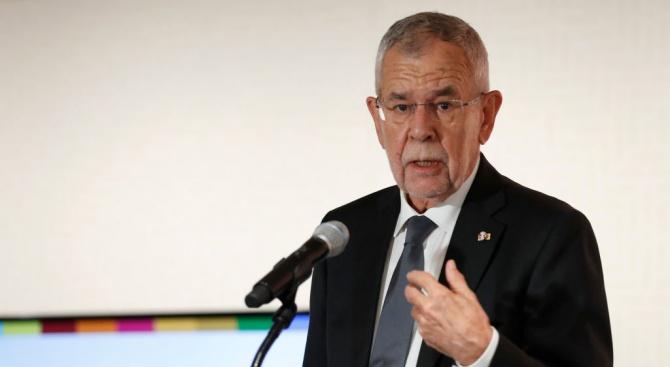 Австрийският президент Александър Ван дер Белен каза по телевизията, че