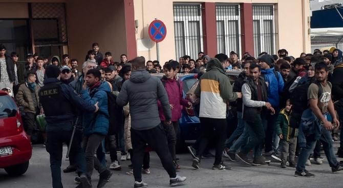 Около 15 000 мигранти остават блокирани на гръцко-турската граница