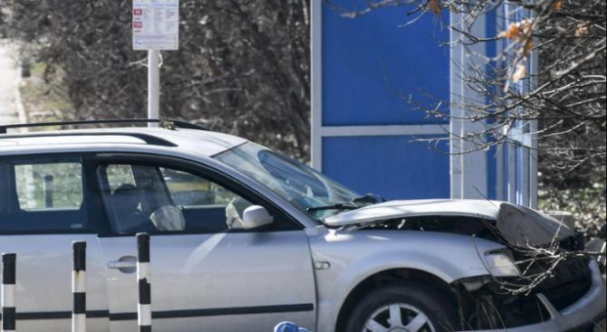 Пиян шофьор заби колата си в автобусна спирка