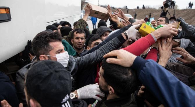 Турция праща спецчасти, за да попречи на 5000мигранти да се върнат