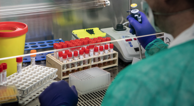 Разпространението на новия коронавирус се ускорява във Франция. Заразените там