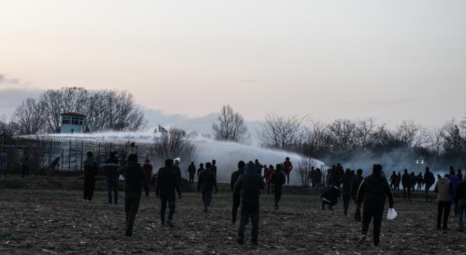 Гръцката полиция употреби водни струи, сълзотворен газ и гумени куршуми по мигранти от Турция