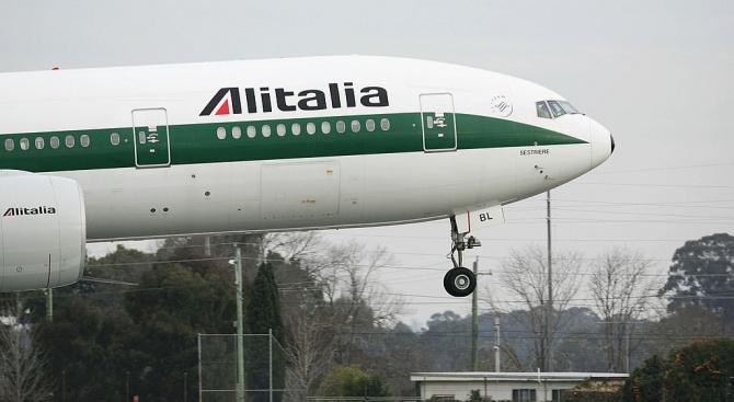 Италианската авиокомпания Алиталия (Alitalia) обяви днес, че спира всички вътрешни