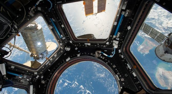 """Американският космически кораб """"Дракон"""" се скачи с МКС"""