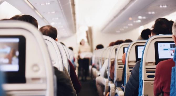 Параноята набира сила и самолетът слиза надолу - групичка пътници,