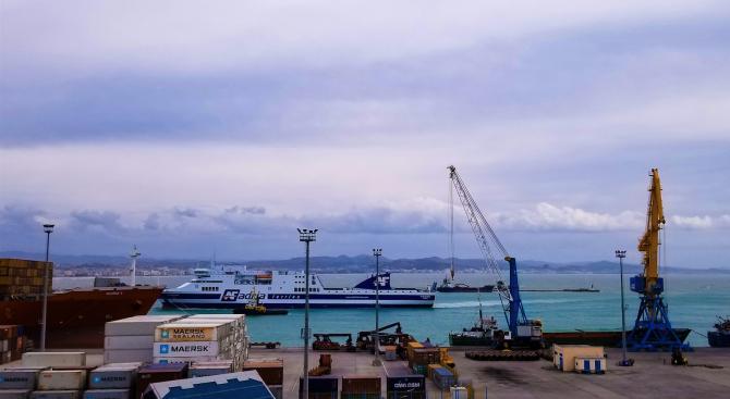 Албания изцяло спира до 3 април самолетния и морския транспорт
