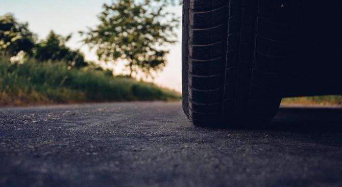 Софиянец изтегли късата клечка: Спука две гуми в една дупка