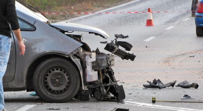 Един човек е загинал, а 12 са пострадали при катастрофи