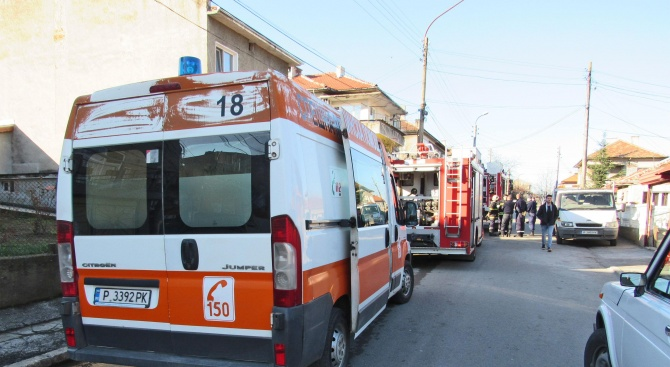 Огнеборци гасиха пожар в пететажна сграда с офиси на фирми,