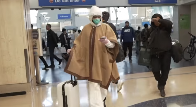 Наоми Кембъл изхвърли дреха за хиляди долари заради коронавируса