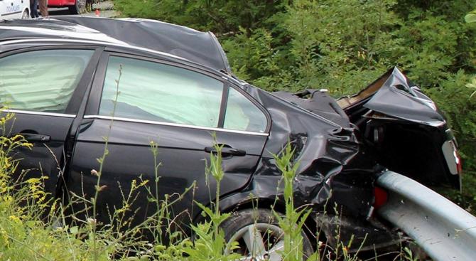 Пиян шофьор заби колата си в мантинела