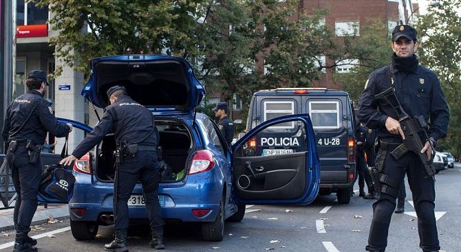 Двама албанци бяха арестувани, след като нахлуха с кола в
