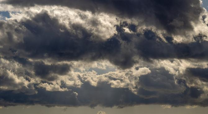 Предимно облачно, със слаб дъжд