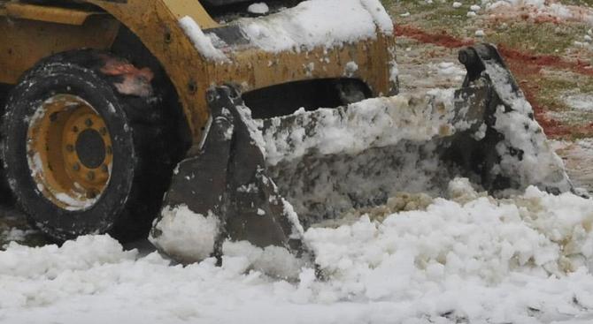 Малко след 3.30 ч. заради обилния снеговалеж е започнало почистването