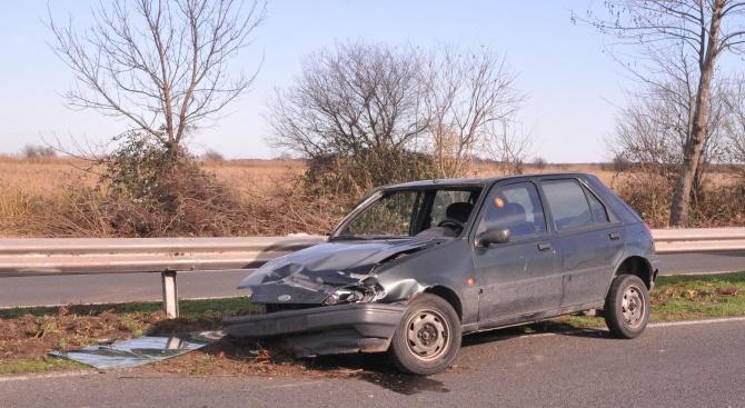 Млада шофьорка заби колата си в мантинела в Кърджалийско