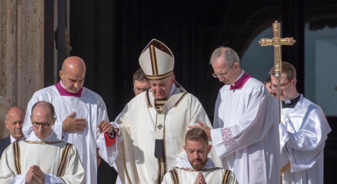 Свещеник от резиденцията на папата е с коронавируса