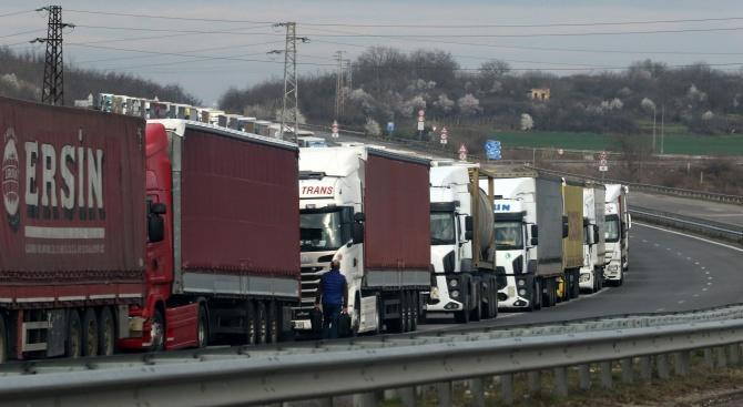 """Повече от 8 километра е опашката от камиони на ГКПП """"Дунав мост"""" при Русе"""