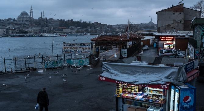 Турция може да наложи пълна забрана за излизане, ако ситуацията с COVID-19 се влоши