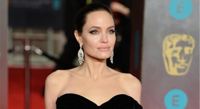 Анджелина Джоли дари 1 милион долара за храна на деца