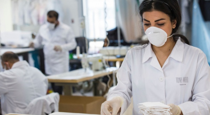 Ралф Лорън започва да шие защитни облекла и маски за медици