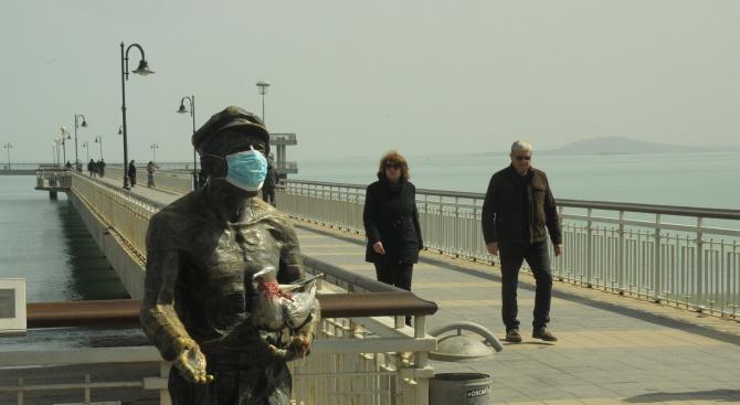 Бургазлии са сложили маска на знаковата статуя на Пешо Пандира,