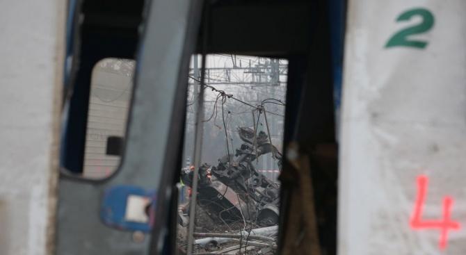 Най-малко един човек загина и 127 бяха ранени при железопътна