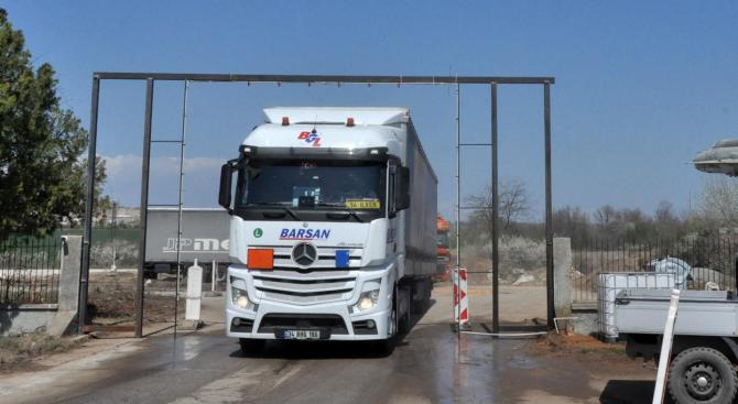 Дезинфекцират всички камиони, влизащи и излизащи от бившето летище