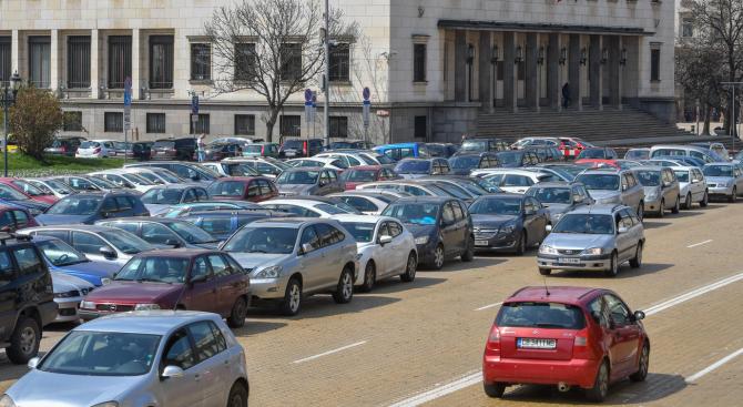 Местата за паркиране в центъра на София са препълнени. На
