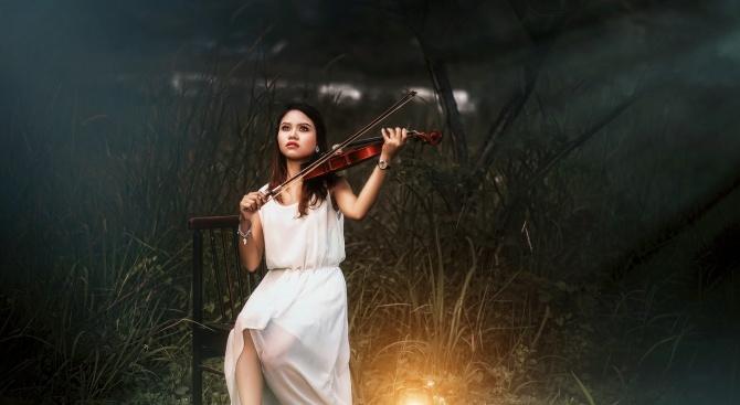 Момиче разплака Бургас с изпълнението си на цигулка в чест на лекарите