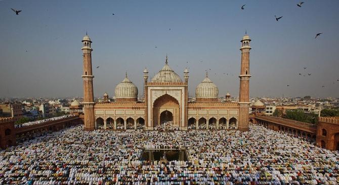 Религиозно събрание в джамия в Делхи, свързано със седем смъртни