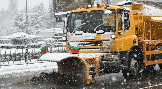 Продължава снегопочистването на пътища в София