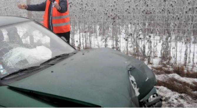 Двама души пострадаха при катастрофа, съобщават от ОД на МВР-Сливен.