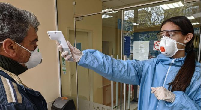 При засилени мерки за ограничаване на COVID-19 продължават работа медиците