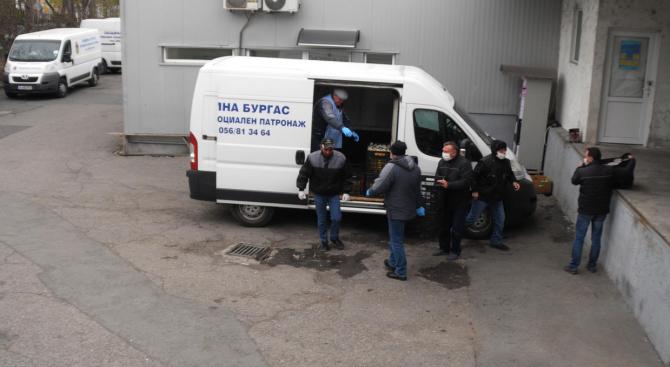 Служители на Домашен и социален патронаж в Бургас доставя храна на над хиляда възрастни хора