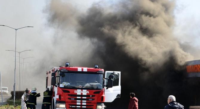 Четирима души са пострадали при пожар в кравеферма в с.