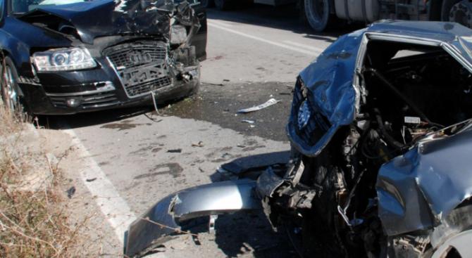 Две коли се сблъскаха в Перник, единият шофьор се оказа пиян