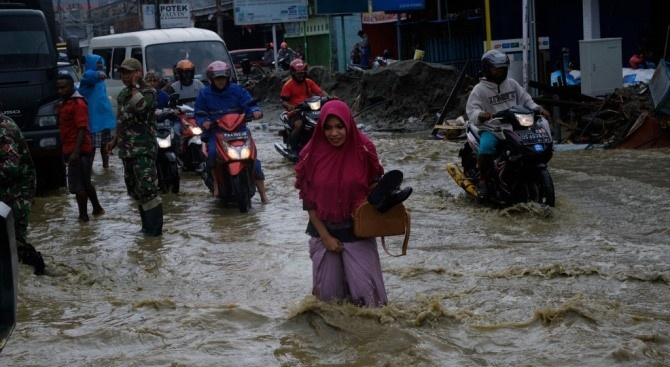 Наводнения в Иран отнеха живота на 21 души