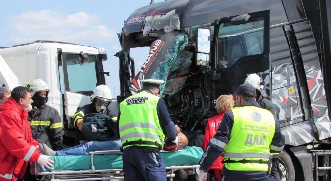 Македонски шофьор пострада при челен удар между два камиона на