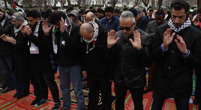 Въпреки забраната: 300 се събраха  пред джамия в Берлин