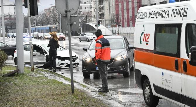"""БМВ и Рено се сблъскаха на кръстовището на булевард """"България"""""""
